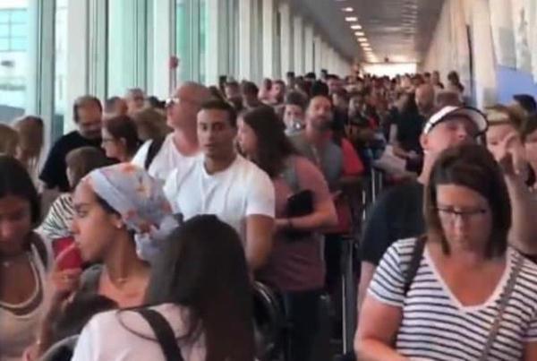 美国海关系统突然瘫痪致混乱,各地机场出现大规模延误和排队长龙