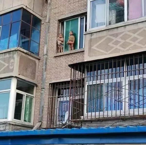 """趁妈妈熟睡,小孩爬出自家窗台!小伙徒手爬上3楼,救下""""熊孩子""""!"""