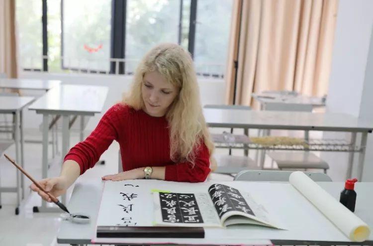 谈异国恋爱上书法,俄罗斯姑娘自学一年求学深圳大学,楷书夺大奖!