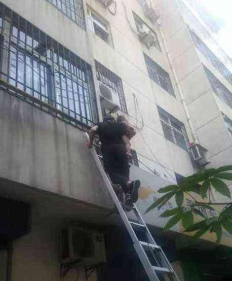 """""""叔叔,我弟弟掉到你窗户外面了"""" 咸阳两岁男童4楼跌至一楼"""