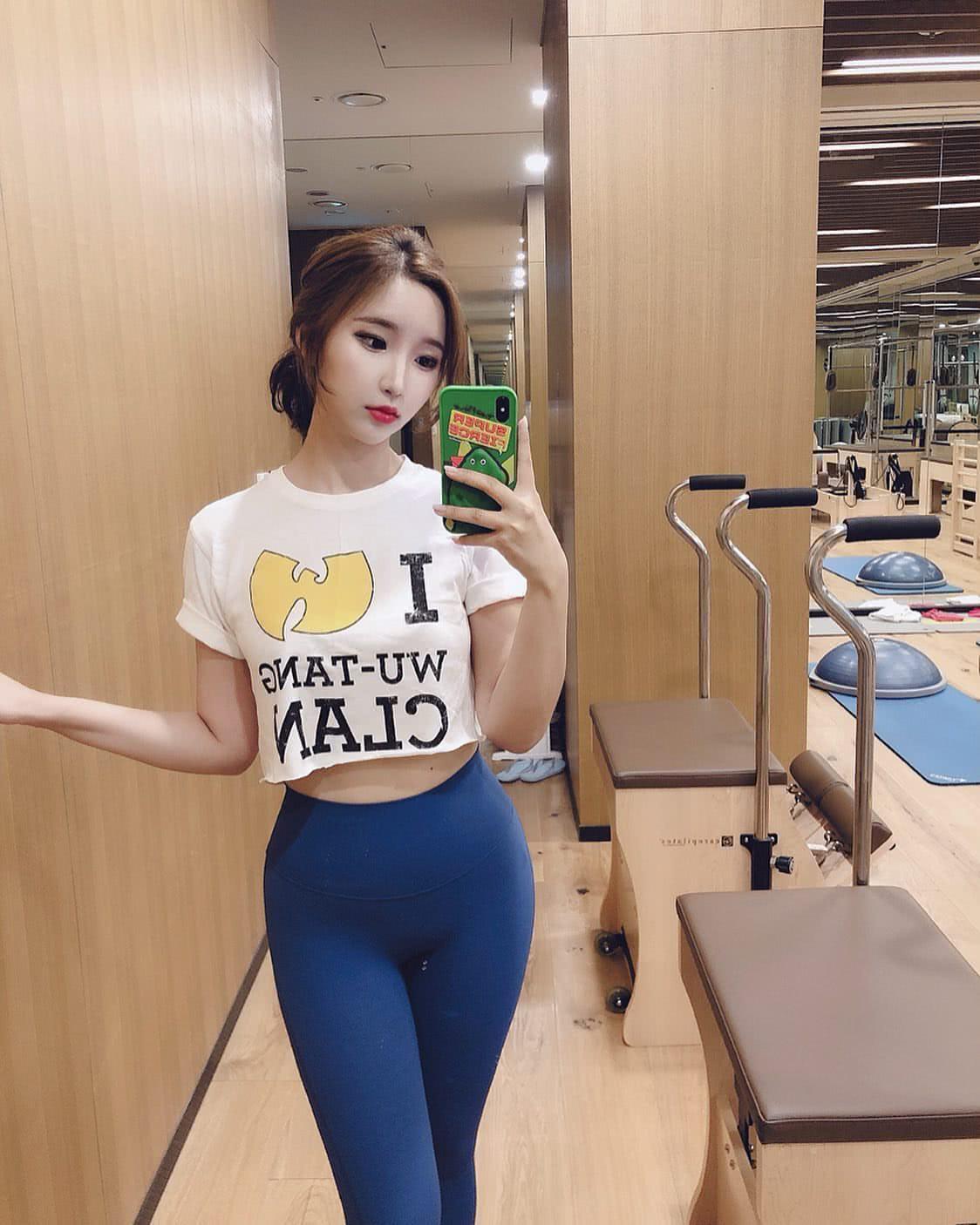 愛運動健身的活力女孩,從不控制飲食,身材依然緊致有曲線