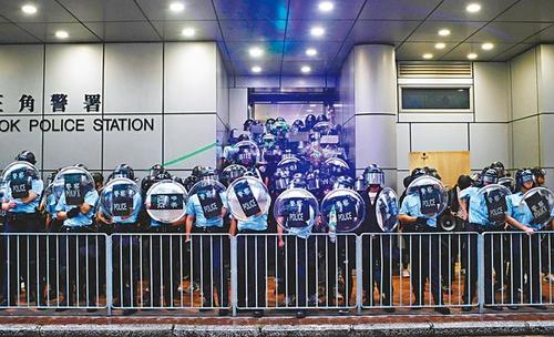 黑衣人红土旺角闹事挑衅警署 被香港警察果断驱散
