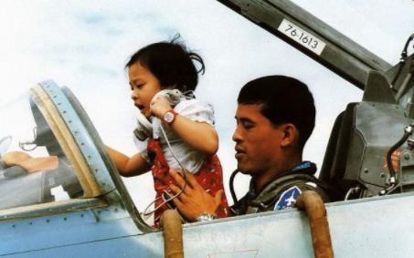 多情风流的泰国国王竟是个好父亲!下跪给女儿喂奶,还陪儿子潜水