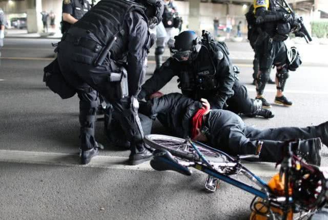 黑衣人突现,美示威升级为暴力!美欲暴力打压,俄:美双标太明显