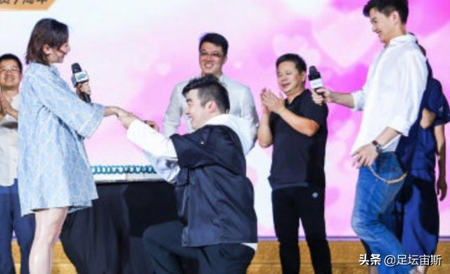 奥运冠军何雯娜接受男友求婚!现场拥抱亲吻何雯娜男友身份曝光
