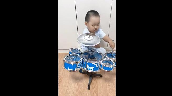 2岁萌娃在线敲鼓,节奏感不错有模有样,最后一个动作有大师范儿