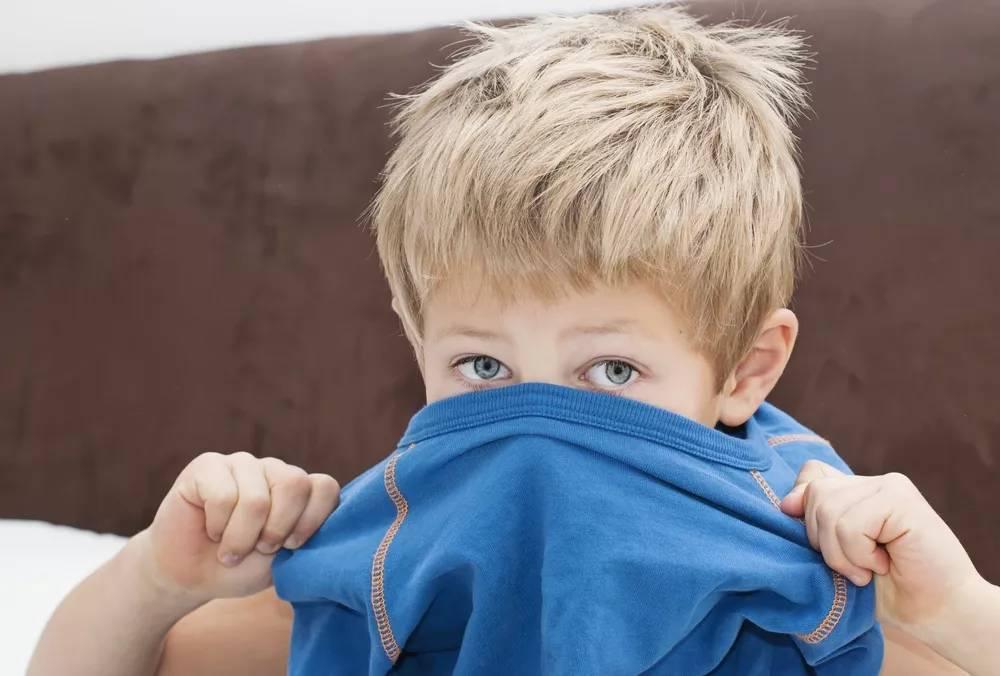 """10岁男孩暑假""""听""""成性早熟:育儿路上满是地雷,别让你的孩子成为下一个"""