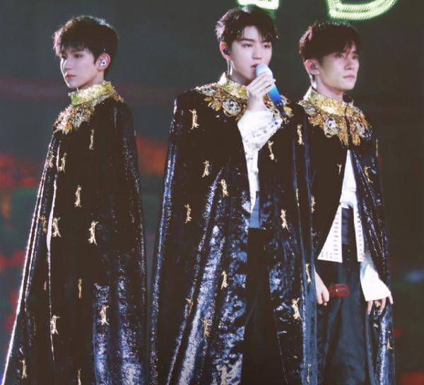 王俊凯演唱会上忘关话筒,和工作人员聊天曝光,对王源的称呼亮了