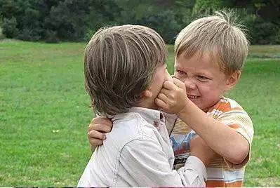 幼儿园孩子打架,家长介入对孩子的影响!父母都看看