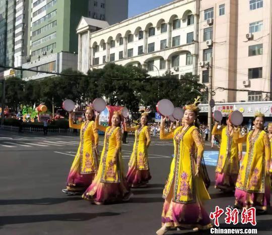 炫彩花车汇聚兰州百年中山桥 中外鼓手载歌载舞
