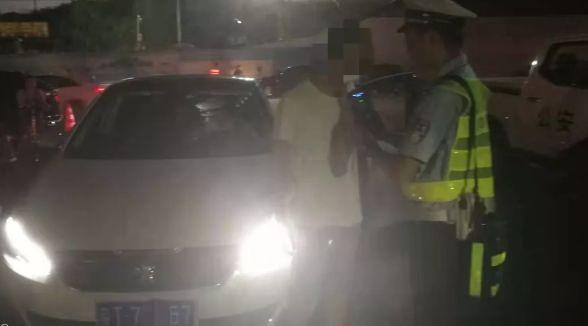 """查酒驾拦住""""接吻司机"""",交警追问:你们亲了多久?"""