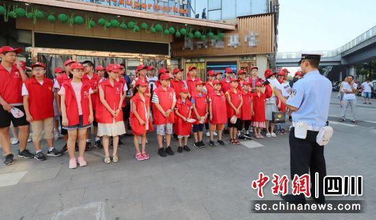 <b>眉山:30余名小志愿者开展街头文明交通劝导</b>