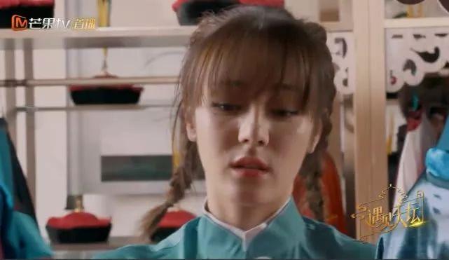 <b>冯绍峰帮迪丽热巴拿衣服,谁注意迪丽热巴下意识反应,太避嫌了吧</b>