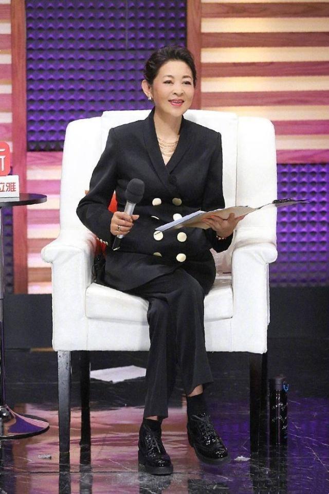倪萍再次挑战自我演小品,一身休闲穿搭气质优雅,60岁美得很出众
