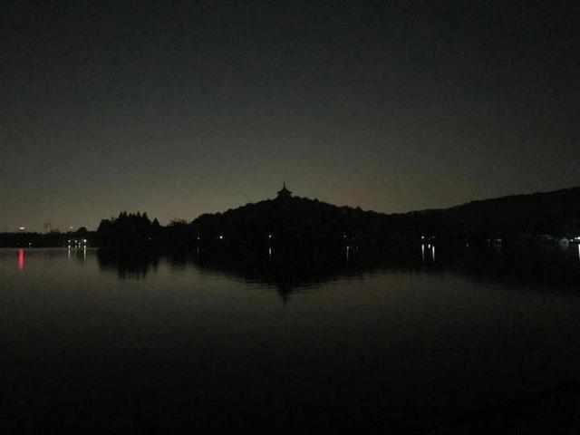 """凌晨四点的西湖你见过吗?记者亲历查处""""夜泳者"""""""
