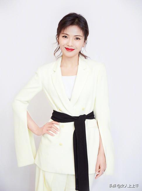41岁刘涛中性少女风打扮,牛仔服配裤腿裤,提轮胎包包太抢眼