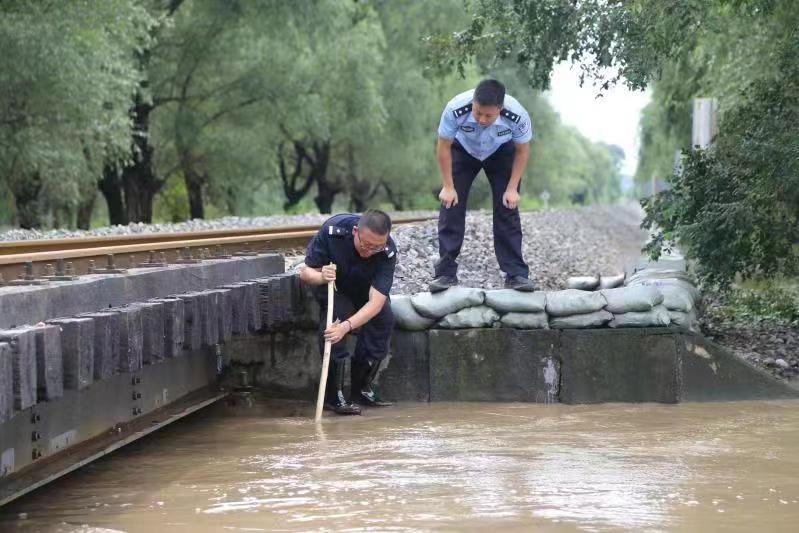 吉林铁警全力迎战持续降雨期间铁路水害_旅客
