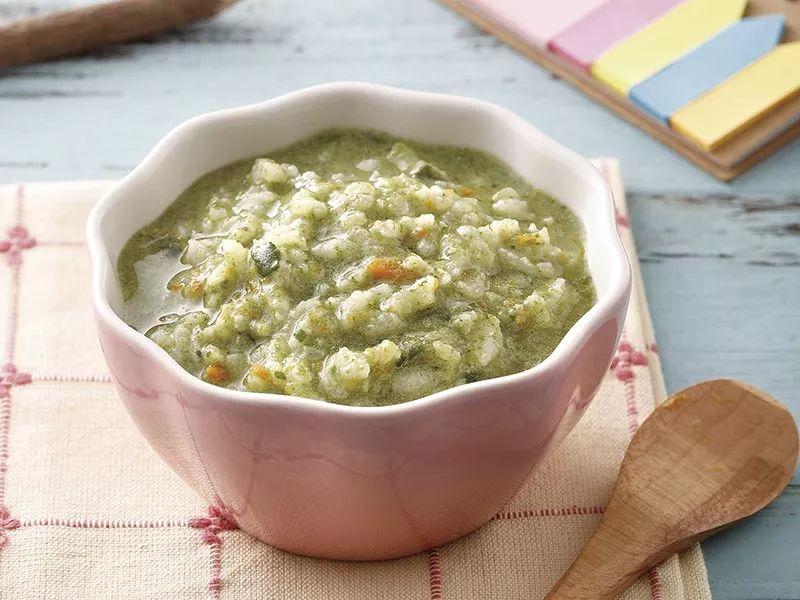 菠菜吃起来有些涩涩的口感是因为含有较多草酸,只要简单的汆烫,即可