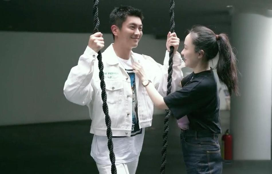 霍思燕惊喜探班杜江整理衣服深情对视俩人互动超甜蜜