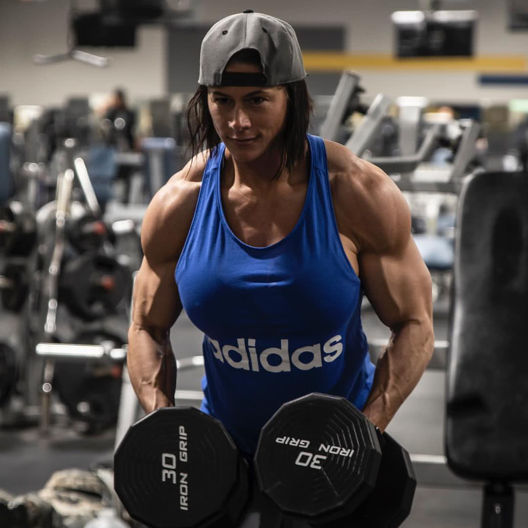 漂亮妹子愛健身,擁有比男人還爺們的肌肉,每天把自己虐到極限