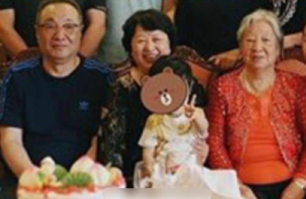黄晓明杨颖全家福来袭,小海绵对镜比V超萌,越来越像爸爸黄晓明