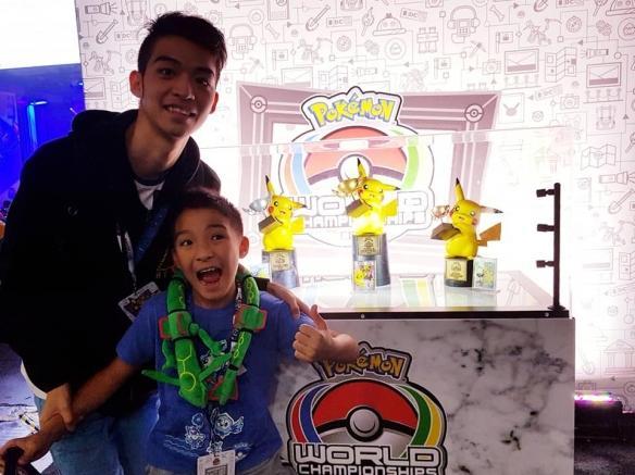 台湾10岁少年《宝可梦》世锦赛夺冠 喜提皮神奖杯