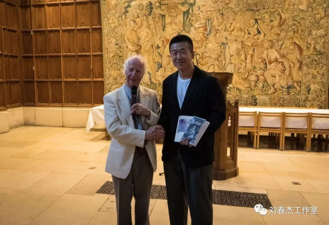 策_金陵美术馆策展团队成员郑凯迪代替刘春杰接受艾伦·麦克法兰教授的