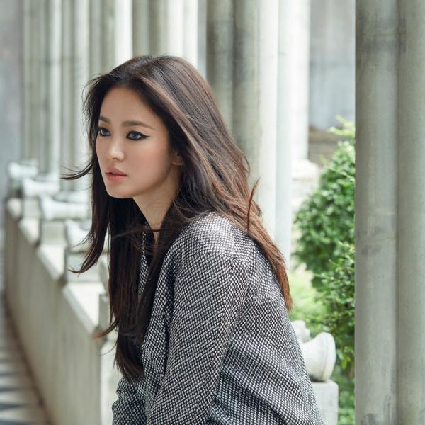 宋慧乔离婚后新写真公开烟熏妆又酷又飒