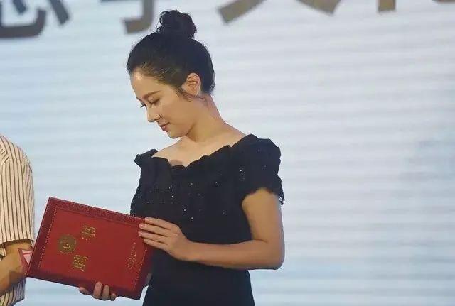 叶璇和杨紫隔空撞衫,叶璇看起来又黑又老,扮嫩的比不过真嫩的!