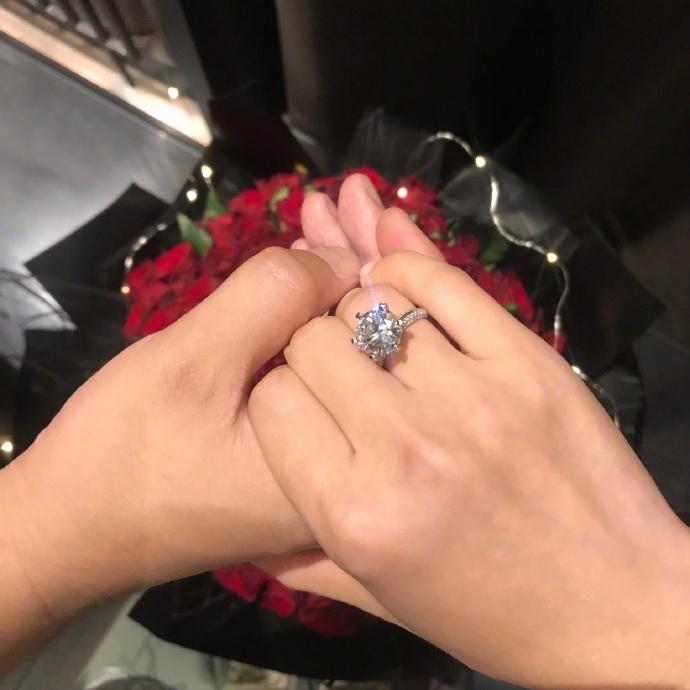 """何雯娜晒戒指称已答应求婚甜蜜发文""""谢谢我亲爱的他"""""""