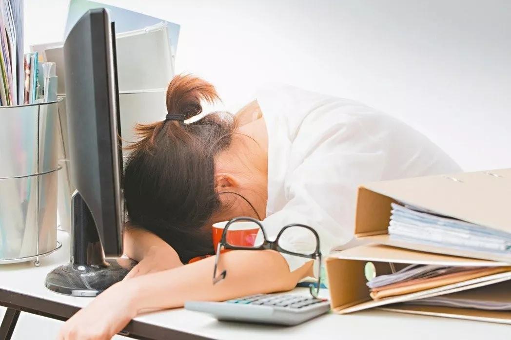 10个白领8个颈椎痛 办公室综合征自测方法 快来看看你有没有这症状