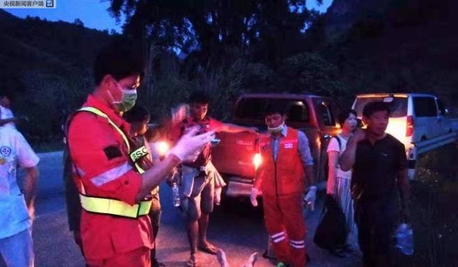 一老挝大巴载44名中国游客遇车祸 中领馆发提醒