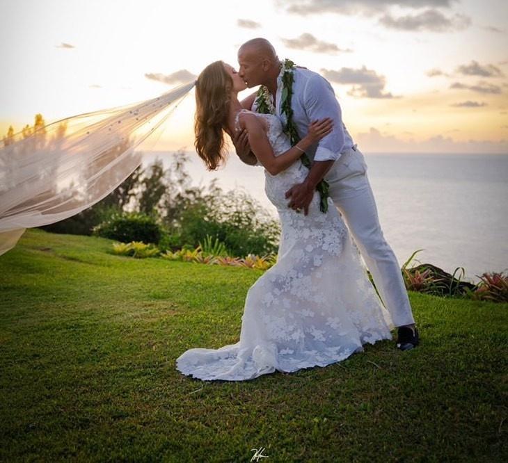 巨石强森结婚了! 与老婆海边深吻绝美婚纱照曝光