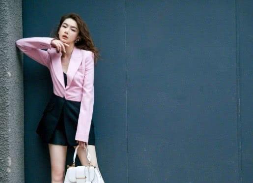 戚薇大秀美腿,粉色拼接式西服增添小性感,网友 李承铉捡到宝了