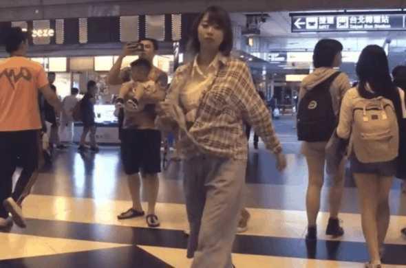 女子在机场脱掉外套跳舞, 路人围观拍照,得知原因后竖起大拇指
