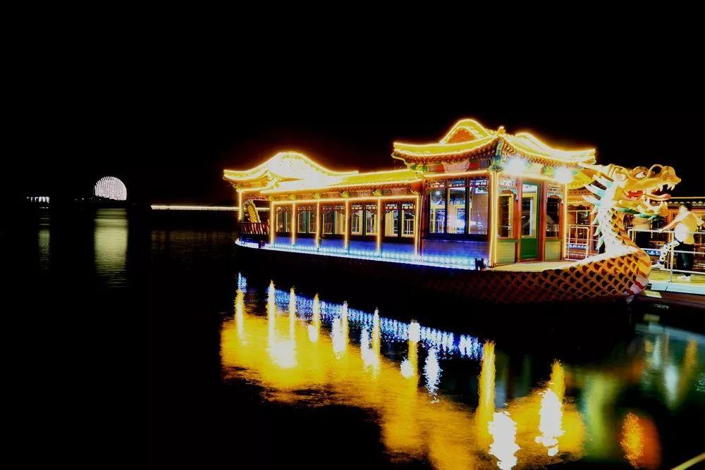 5月20日晚,由北京市雁栖湖景区和驴妈妈旅游网联合主办的雁栖湖荧光夜跑暨游船夜间通航仪式在雁栖湖景区开幕.