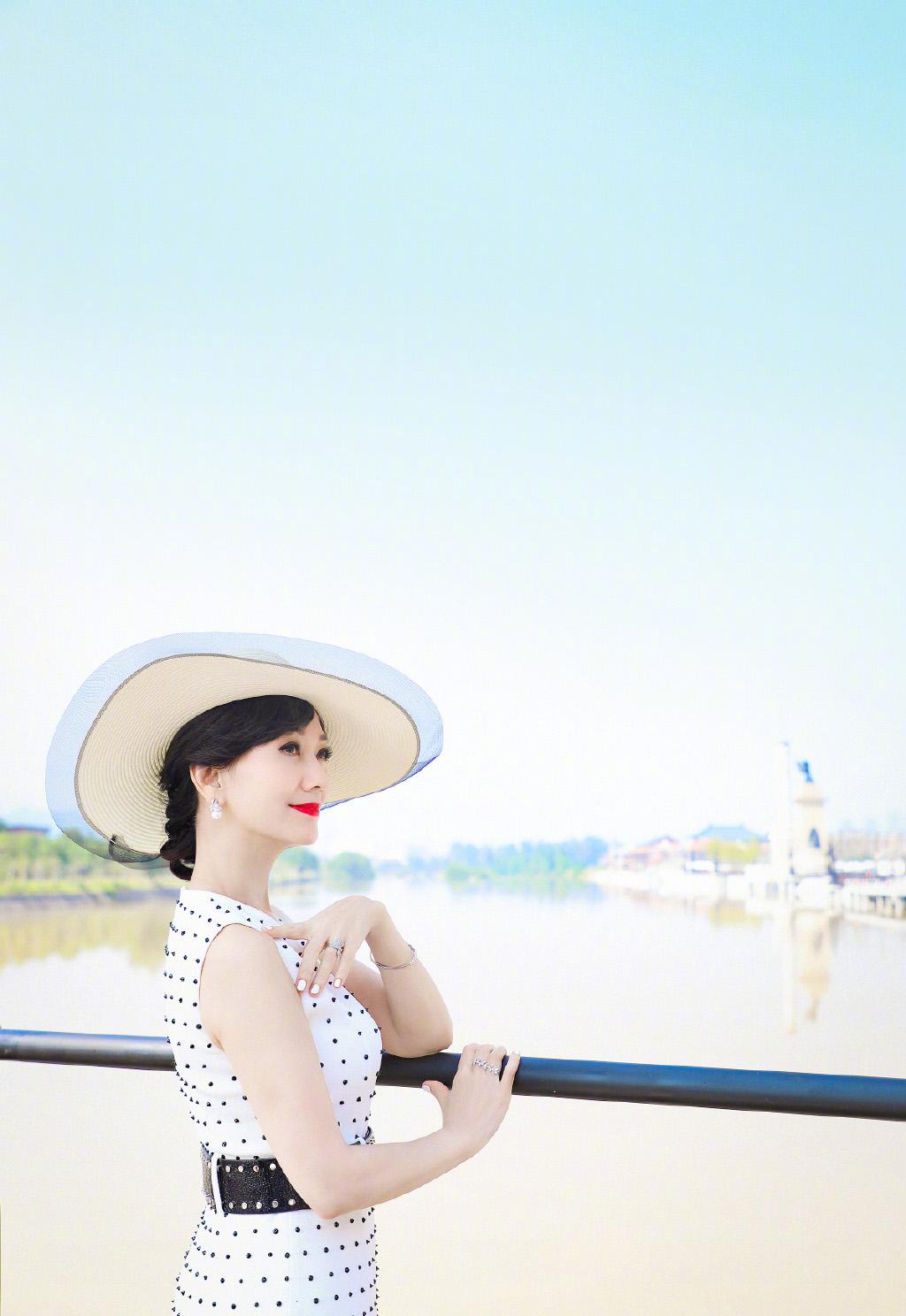 女演员赵雅芝优雅气质旅拍写真