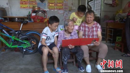 """广西百岁老人分享长寿秘笈 告诫子女人生要""""勿闹""""_李美仙"""