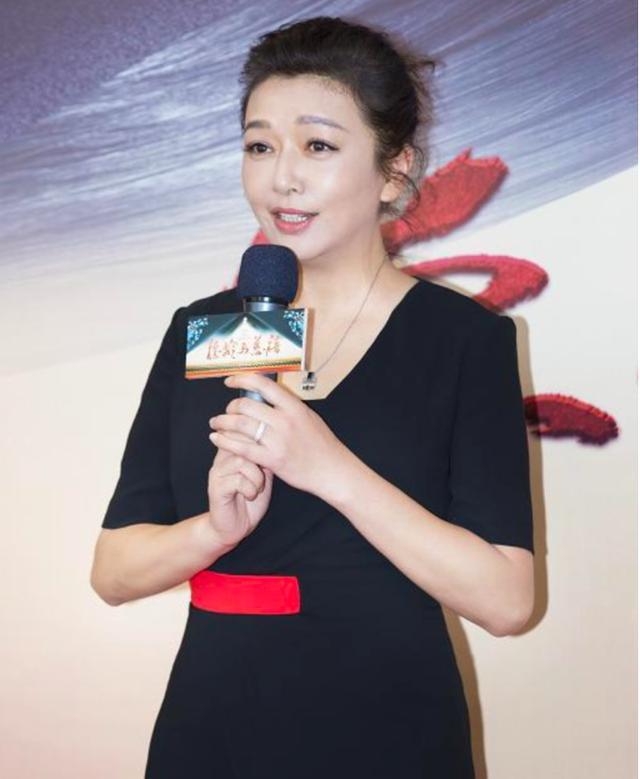 江珊真是成熟老道型的,装不了嫩,同是52岁却比其他女星更老!