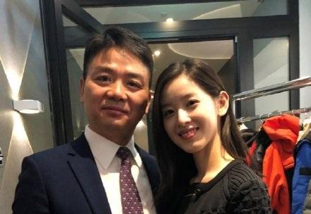 刘强东和奶茶mm被曝恩爱照旧,网友:他们要离婚我就不信赖钱了