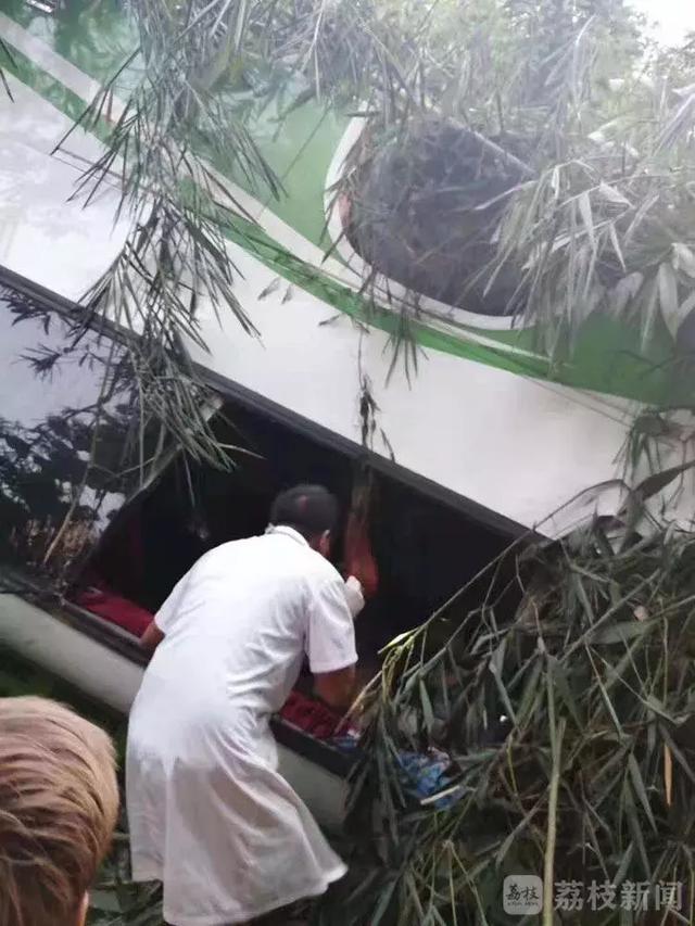 2019年08月19日,中国一旅行团在老挝勃拉邦附近疑因刹车失灵遭遇严重图片