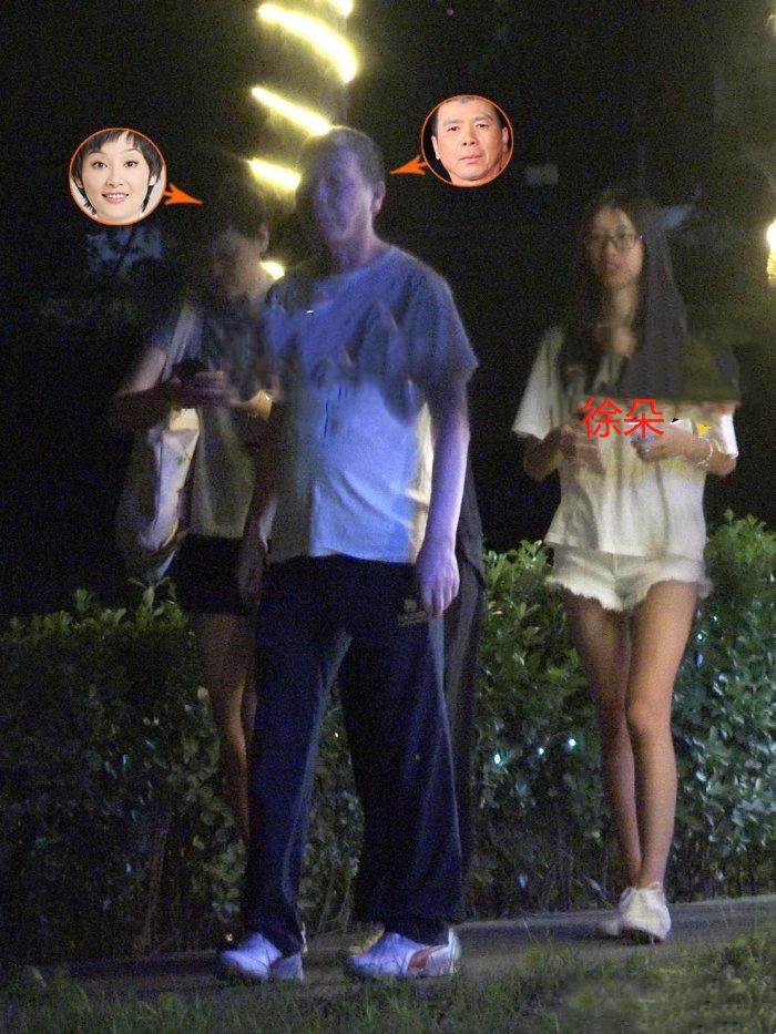 冯小刚为妻庆生,坐车离去养女随行现身,冯小刚将其抱在腿上同坐