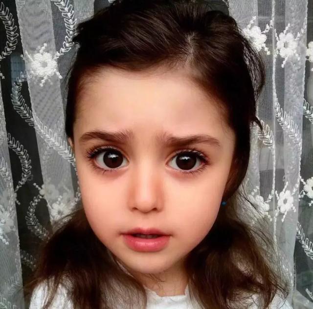 ,Mahdis,女儿,爸爸,世界,妈妈,娃娃,玩具,照片,笑容,全球,消息资讯,Mahdis,女儿,爸爸,小女孩,头饰,摄影,艺术,人物,绘画,,1p1p.work