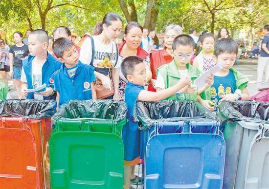 志愿者将垃圾分类玩出新花样