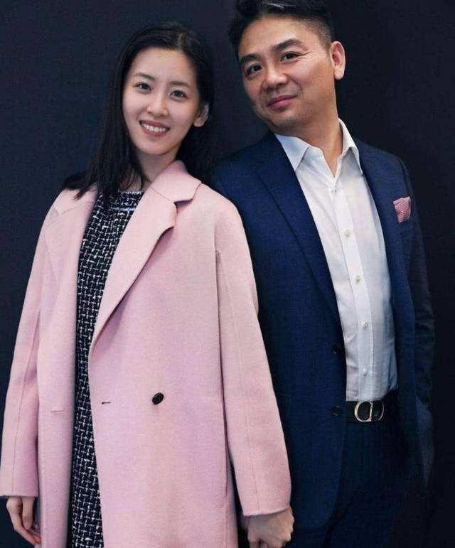刘强东章泽天甜蜜合体,力破离婚传言,刘强东还帮老婆拍照