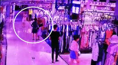 【头条】仨女子在银川某商场内打配合偷衣服,监控拍下全过程......