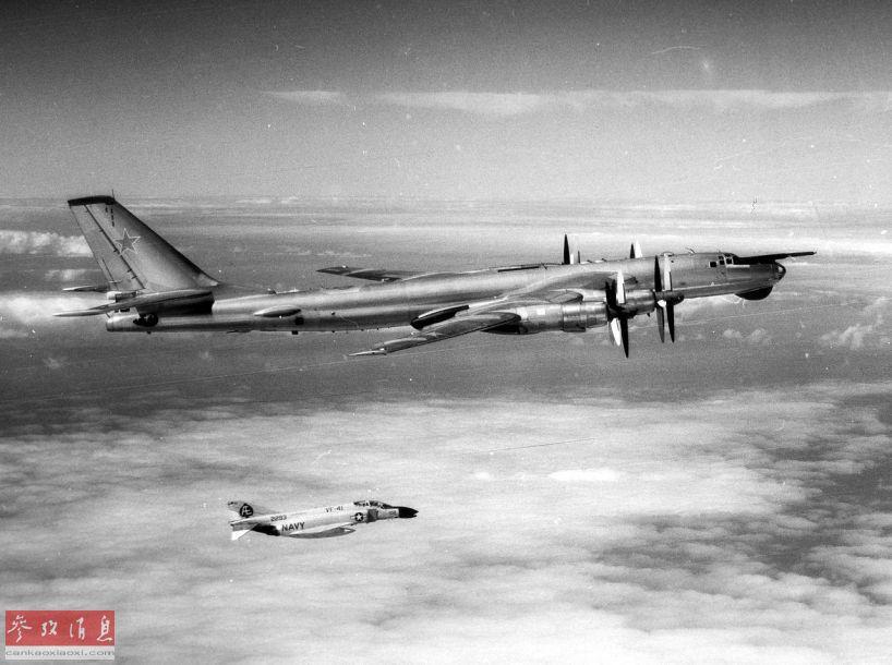 高清��.�9�)��,yf_图为1973年9月拍摄的,美军f-4b战机拦截苏军图-95轰炸机资料图.