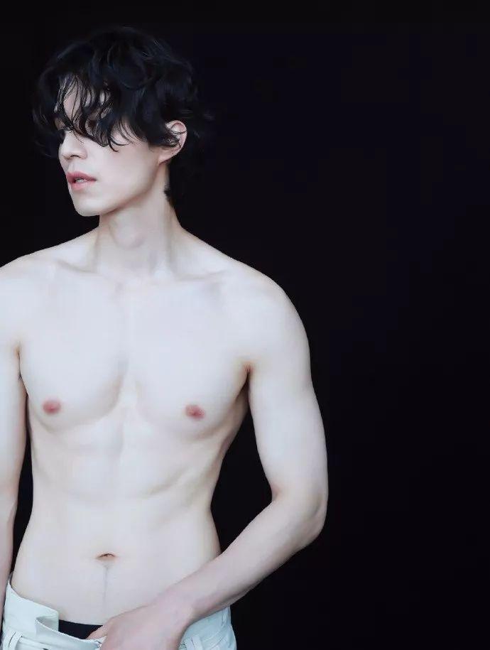 啊啊啊啊啊啊!39歲李棟旭半裸上身拍寫真 白皙腹肌一覽無余