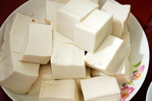 秋季腹泻高发期,豆腐变酸后还能吃吗?请直接扔掉,加热也不安全