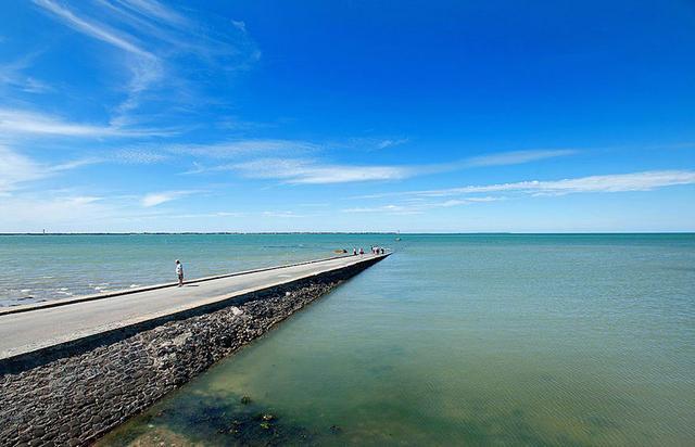 法国有条公路,每天只有两个时段可通车,其他时候路被淹入海水下_法国新闻_法国中文网